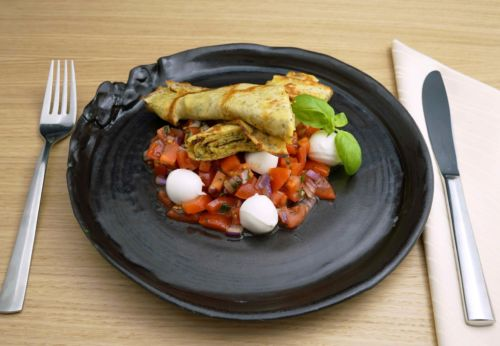 Chia-Palatschinken auf Tomaten[-]salat