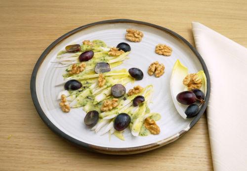 Chicorée mit Trauben[-]dressing und Cuvée SECHS