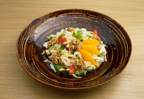 China[-]kohl-Paprika-Salat mit Ingwer[-]dressing und Cuvée ACHT