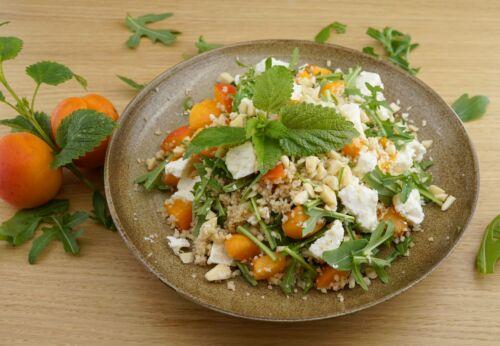 Couscous-Salat mit Marillen und Rucola
