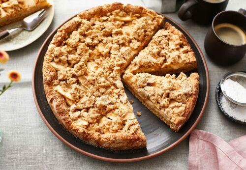 Dinkel-Apfel[-]kuchen mit Marillen[-]kernöl-Streuseln