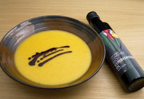 Erdäpfel[-]creme[-]suppe mit Kürbis[-]kernöl