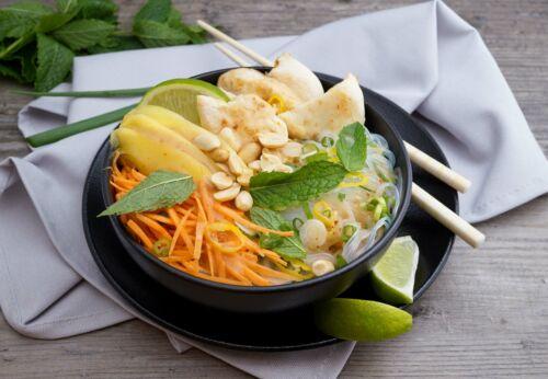 Fruchtiger Glas[-]nudel-Salat mit Huhn und Sesamöl
