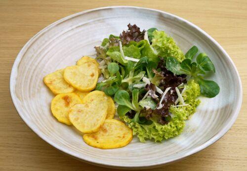 Gemischter Blatt[-]salat mit Parmesan[-]dressing, Heurigen und Cuvée ZWEI