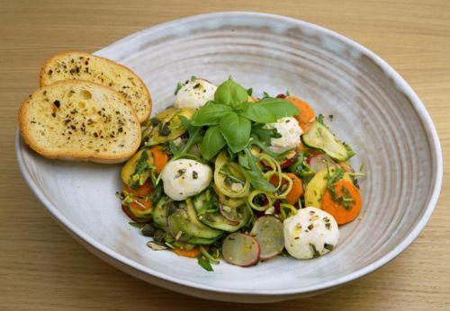 Gemüse[-]salat mit Kräuter-Kürbis[-]kern-Dressing und Frisch[-]käse[-]bällchen