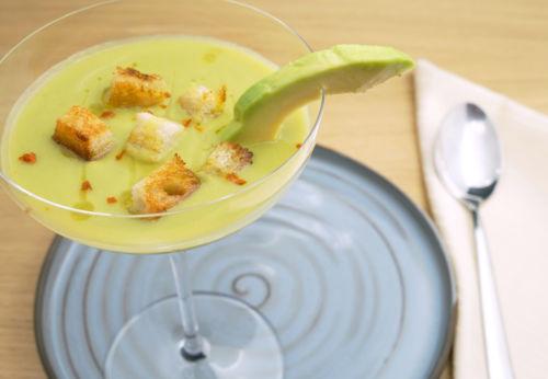 Kalte Erbsen-Avocado-Suppe mit Cuvée ACHT