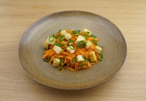 Karotten-Ingwer-Salat mit Tofu und Cuvée NULL