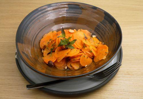 Karottensalat mit Haselnussdressing