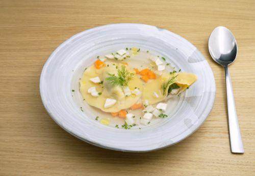 Karpfen[-]tascherl in klarer Fischsuppe