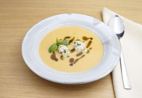 Kürbis-Ingwer-Suppe mit Hendl[-]knödl und Cuvée VIER