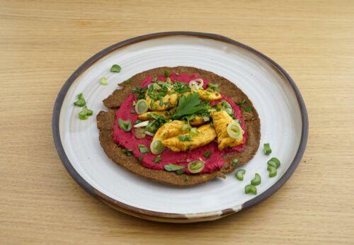 Leinsamen-Wrap mit Rote-Rüben-Hummus und Harissa-Hühnchen