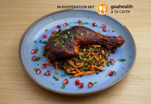 Marinierte Hühner[-]keulen auf Beluga[-]linsen-Karotten-Salat