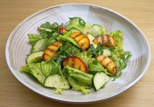 Pfirsich-Rucola-Salat mit Macadamia[-]nussöl