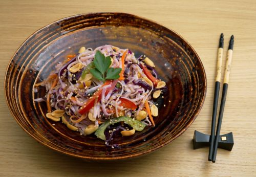 Reis[-]nudel-Gemüse-Salat mit Erdnuss-Limetten[-]dressing