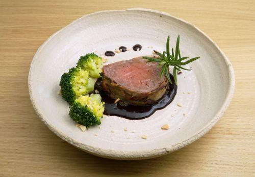Rinder[-]filet im Kräuter-Speck-Mantel