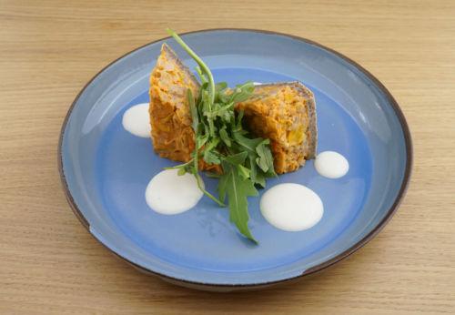 Roll[-]gerstl[-]quiche mit Paprika[-]streifen, Rucola und Knoblauch[-]dip