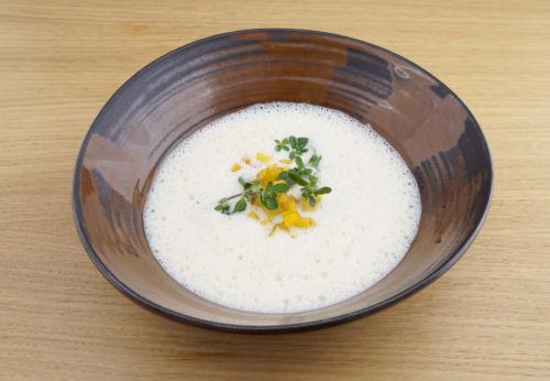 Saiblings-Schaumsuppe mit Kartoffel-Knoblauch-Würfel und Olivenöl