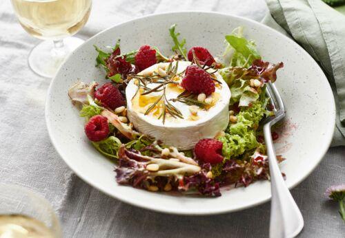 Salat mit Ziegen[-]käse aus dem Ofen