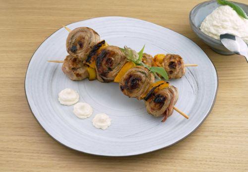 Saltimbocca-Paprika-Spieße mit Parmesansauce