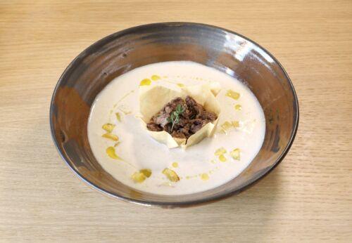Sauer[-]rahm[-]suppe mit Heiden[-]sterz und Hasel[-]nussöl