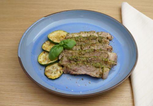 Schweine[-]nacken[-]steak mit Basilikum[-]pesto und gegrillten Zucchini
