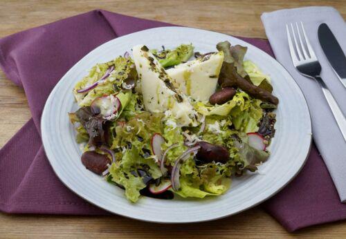 Steirischer Salat mit Schaf[-]käse, Käfer[-]bohnen und Kürbis[-]kernöl