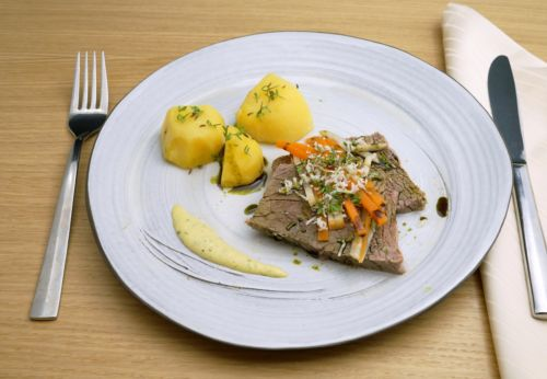 Tafel[-]spitz mit Gemüse[-]julienne, Bärlauch-Mayonnaise und Salz[-]kartoffeln