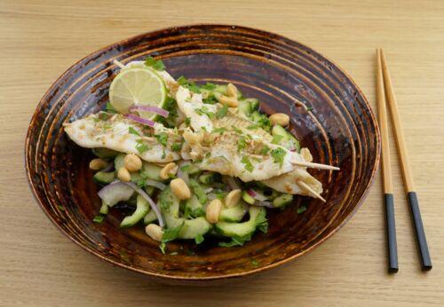 Thai-Gurkensalat mit Erdnuss[-]öl und Fisch[-]spießen