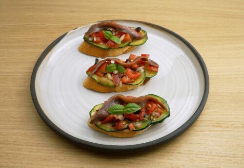 Tomaten[-]salsa-Zucchini-Buschetta mit Cuvée NULL