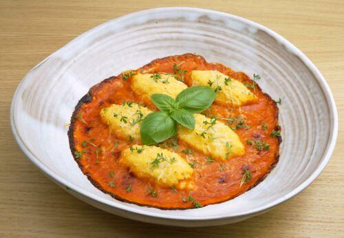 Über[-]backene Polenta[-]nockerl in Paprika[-]sauce mit Cuvée ZWEI