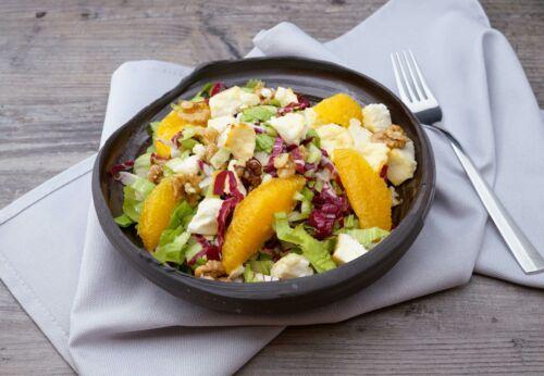 Winterlicher Salat mit Schaf[-]käse, Walnüssen und Marillen[-]kernöl