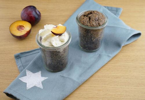 Zwetschken-Mohn-Kuchen im Glas mit bio-Zwetschkenkernöl